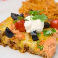 Hash Brown Taco Casserole is the perfect combination of comfort foods! Zesty ground beef and hash browns along with cheese, this is one delicious dinner. Enchilada Casserole Beef, Steak Casserole, Stuffed Pepper Casserole, Beef Casserole Recipes, Cornbread Casserole, Ground Beef Casserole, Hamburger Recipes, Zucchini Cornbread, Zuchinni Recipes