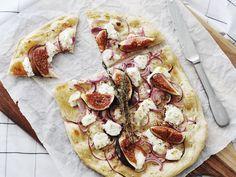 Dit heerlijke flamkuchen recept van 88 Food bevat geitenkaas en verse vijgen. Een mooie en lekkere variatie op de traditionele flammkuchen!