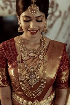 Talk about a South Indian bridal look, and apart from intricate blouse designs and magnificent Kanjeevaram sarees, it's the temple jewellery designs that catches everyone's attention! These exquisite. Kerala Wedding Saree, Indian Bridal Sarees, Kerala Bride, Indian Bridal Outfits, Indian Bridal Fashion, Saree Wedding, Gujarati Wedding, Marathi Wedding, Bridal Silk Saree