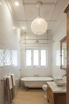 Salle de bain au design un brin retro et à la baignoire sympa