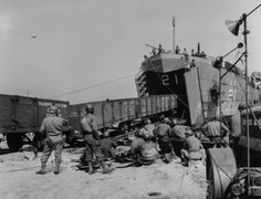 American troops watching Landing ship unload railroad cars onto beachhead railroad links. D Day Invasion, Normandy Invasion, Normandy Beach, D Day Landings, Cherbourg, Landing Craft, Train Truck, Panzer, Model Trains