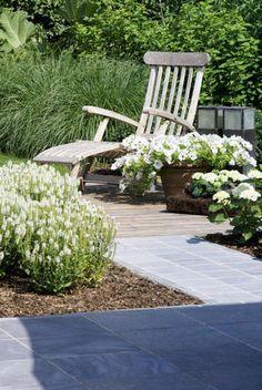 Tuin aanleggen - aangelegde tuin door tuinaannemer - brons middelgrote tuin - aanleggen tuin