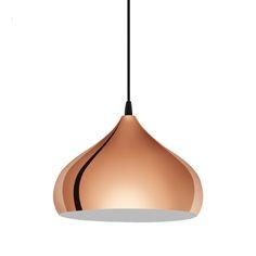 Colgante minimalista, fabricado en acero lacado en color cobre. un pieza de rabiosa actualidad perfecta para poner sola o en composición con otras.   Su tulipa es blanca en el interior, permitiendo una mejor refracción de la luz.   Tiene una altura total de 110cm y un diámetro de 29cm.