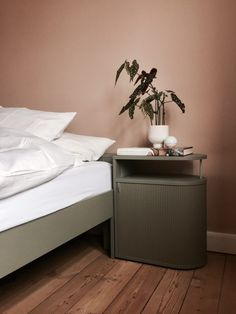 Objects and Use. Minimalist Bedroom, Minimalist Home, Wall Colors, House Colors, Bedroom Colors, Bedroom Decor, Color Terracota, Closet Bedroom, Bed Storage