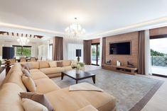 Salón espectacular en tonos claros con muebles de exquisito diseño italiano. Chalet de lujo en venta de 5 dormitorios con piscina, jardín, amplio garaje y sótano#Marbella. Visítala en Housmy.