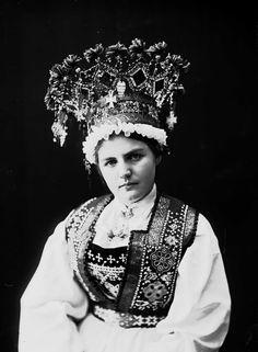 Оригинал взят у ester_wandrag в Традиционные наряды норвежских невест. Фотографии из собрания Norsk Folkemuseum, сделанные в период 1870-1920-х годов. На них представлены девушки в…