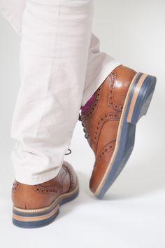 Viceversa es una marca de zapatos hechos en México con el propósito deromper con los caminos tradicionales y atreverse a más.Viceversa busca nuevos horizontes, donde la excentricidad y la comodidadsean la principal razón para estar siempre a la vanguardia de la moda.