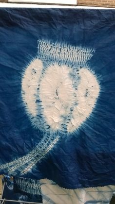 How to make a beautiful poppy seed head in shibori in 3 steps Shibori Fabric, Shibori Tie Dye, Dyeing Fabric, Textile Dyeing, Textile Fiber Art, Textiles, Textile Prints, Art Prints, Dandelion Designs