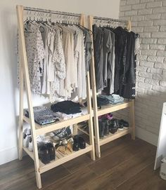 DIY Closet Organization Ideas On A Budget That Every Uni Student Needs Here are our best tips and tricks for great closet organization! Use a clothing rack!Here are our best tips and tricks for great closet organization! Use a clothing rack! Diy Home Decor, Room Decor, Diy Wardrobe, Wardrobe Storage, Closet Storage, Wardrobe Ideas, Pallet Wardrobe, Pallet Closet, Open Wardrobe