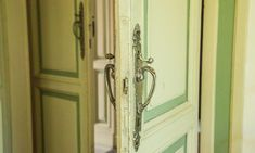 Poignées de portes dorées chez Carlo Zanuso