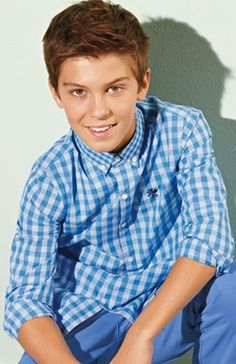 Modrá košeľa s dlhými rukávmi a drobným kockovaným vzorom.