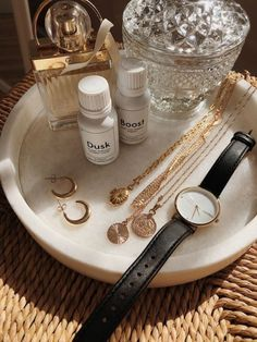 Gold Aesthetic, Classy Aesthetic, Aesthetic Room Decor, Jewelry Accessories, Fashion Accessories, Fashion Jewelry, Bandeja Perfume, Accesorios Casual, Vanity Decor
