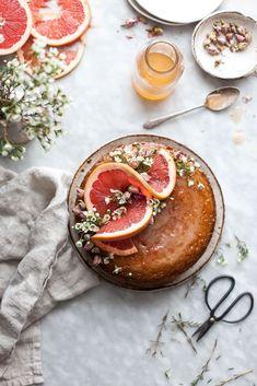 Semolina Cake + Rose & Grapefruit Syrup - Cake recipes / Torte e ciambelle - Torten Desserts Français, Beaux Desserts, Delicious Desserts, Holiday Desserts, Food Cakes, Cupcake Cakes, Cupcakes, Mini Cakes, Baby Cakes