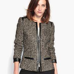 Blazer cintado ANNE WEYBURN Detalhes do artigo • Blazer • Corte cintado • Gola redonda • Com motivoComposição e Cuidados • 83% poliéster, 8% viscose, 5% lã, 3% acrílico, 1%... Stylish Clothes For Women, Coats For Women, Jackets For Women, Stylish Hijab, Stylish Outfits, Mother Of The Bride Suits, Winter Blouses, Sleeveless Coat, Blazer Outfits