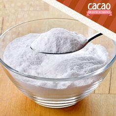 polvo de hornear es usado para hacer que algunas masas como las de tortas y ponques levanten. A diferencia de la levadura, el polvo de hornear no requiere de tiempo para levar por lo que es mucho más rápido además, no aporta sabor a la receta. El polvo de hornear contiene bicarbonato de sodio, el cual es químicamente una base, y un ácido seco como cremor tártaro (además de un ingrediente de relleno que puede ser maicena)