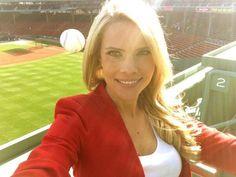La reporter Kelly Nas di Sun Sports che segue la squadra dei Tampa Bay Rays, a Boston per un servizio, non ha voluto mancare l'occasione di visitare e farsi una foto ricordo nello storico stadio dei Red Sox: il Fenway Park. Solo riguardando la foto si è accorta che il fuoricampo battuto da uno dei giocatori l'aveva sfiorata proprio nel momento in cui, spalle al campo, stava sorridendo all'obiettivo.