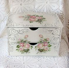 8 Free Simple Ideas: Shabby Chic Garden Patio shabby chic home office.Shabby Chic Interior Little Girl Rooms shabby chic farmhouse furniture.Shabby Chic Wardrobe Home. Shabby Chic Logo, Shabby Chic Crafts, Shabby Chic Interiors, Shabby Chic Homes, Shabby Chic Style, Shabby Chic Decor, Decoupage Furniture, Decoupage Box, Decoupage Vintage