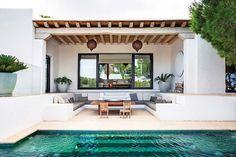 ¡MUY NATURAL! Viajamos a IBIZA ☀ para descubrir esta idílica vivienda escondida bajo una cala de la isla El interiorista @raulmartinsestudio ha trasladado la belleza del paisaje a unos interiores fluidos y tranquilos, como el propio mediterráneo Para la piscina ha elegido mosaico Hisbalit en color verde oscuro, con el que se consigue un tono de agua verde esmeralda 💚 | Mosaico MÁRMARA #NieblaHisbalit Landscape Architecture Design, Beautiful Villas, French Interior, Home Reno, Elle Decor, Swimming Pools, Pergola, Outdoor Structures, House Design