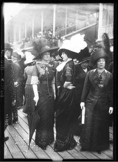 1911 : Fashions worn at the Auteuil Races Edwardian Era, Edwardian Fashion, Vintage Fashion, Historical Clothing, Historical Photos, Fashion Wear, Fashion Photo, Style Édouardien, Belle Epoque