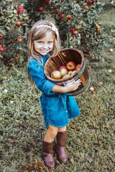 Apple Orchard Photography, Apples Photography, Autumn Photography, Children Photography, Photography Ideas, Family Picture Outfits, Fall Family Photos, Fall Photos, Fall Pictures Kids