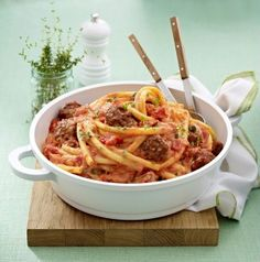 Nudeln mit Hackbällchen und Ricotta-Tomatensoße Our popular recipe for pasta with meatballs and ricotta tomato sauce and over more free recipes on LECKER. Pasta Recipes, Cooking Recipes, Healthy Recipes, Dinner Recipes, I Love Food, Soul Food, Food Inspiration, Italian Recipes, Brunch
