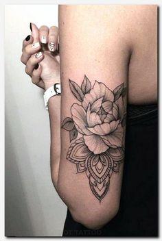 Suzi Tattoo mandala avec fleur pivoine derriere et haut du bras, mandala avec fleur pivoine derriere et haut du bras Soyez inspirée avec ce tatoo : Tatouage femme mandala avec fleur pivoine derriere et haut du bras. Half Sleeve Tattoos Designs, Tattoo Designs For Girls, Tattoo Designs Men, Art Designs, Henna Designs, Henna Tattoo Designs Arm, Flower Tattoo Designs, Pretty Skull Tattoos, Lace Skull Tattoo