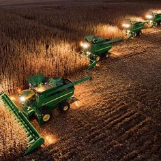John Deere Night Harvesting (I think this is a pretty cool picture. I know it's a lot of hard work, but DANG! New Holland, Jd Tractors, John Deere Tractors, Country Farm, Country Life, Country Living, John Deere Combine, John Deere Equipment, Heavy Equipment
