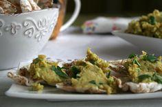 Hummus z zielonym groszkiem i świeżą pietruszką.