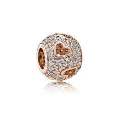 O icônico charm pavê da PANDORA foi reimaginado nesta versão que apresenta detalhes românticos de corações vazados. A combinação de um belo tom de rosa e pedras deslumbrantes o tornam um complemento de destaque para qualquer coleção.