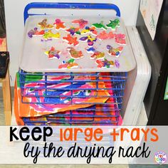 12 life changing classroom art tricks - add trays to the art easel in your art center for all those little treasures preschoolers make Art Center Preschool, Preschool Decor, Preschool Classroom, Art Classroom, Classroom Organization, Monster Classroom, Kindergarten, Classroom Ideas, Organizing