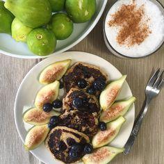 Frittelle di avena e banana con fichi e mirtilli