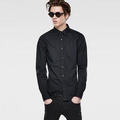 25626424078 Camisa de manga larga en ajuste Slim con un sobrio diseño sin bolsillos.  Largas pinzas