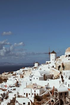 Греческий остров Санторини по праву считается одним из самых красивых мест в Средиземном море ссамыми захватывающимизакатами.Анастасия Лебега побывала там в ноябре, после окончания туристического сезона и настоятельно рекомендует всем исследовать остров именно в это время, без суеты и спешки. Полчаса на самолете от Афин — и ты на космическом острове Санторини. Если честно, от этого …