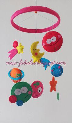 Móvil cuna bebe niño niña hecho a mano fieltro PLANETAS Y LUNA: UNIVERSO. Baby crib mobile handmade felt PLANETS AND MOON: UNIVERSE. CONTACT: carmenmissfabulas@gmail.com