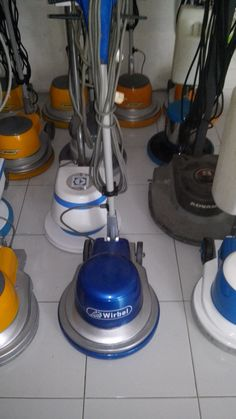 Jual mesin cleaning second mesin poles lantai/floor polisher Wirbel 154 spesifikasi :  Model : Wirbel Candia Plus 154  Power : 1000 Watt  Diameter : 17 Inch  Speed : 154 Rpm  Weight : 48 Kg  Cable : 11 M  Including : Main body,pad holder,water tank  Country : Italy