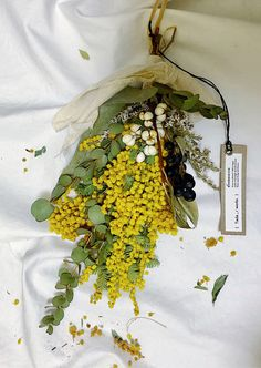 Dried Flowers, White Flowers, Diy Wreath, Wreaths, Wedding Bouquets, Wedding Flowers, Flower Images, Flower Power, Flower Arrangements
