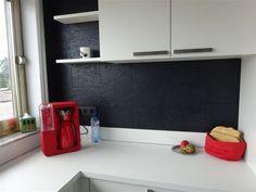 Keukenwanden kunnen perfect bekleed worden met kurk. #kurk #wand #keuken