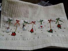 Resultado de imagen para moldes cenefa navideña patchwork Xmas Crafts, Decor Crafts, Diy And Crafts, Linens And Lace, Christmas Goodies, Christmas Things, Christmas Cross, Needlework, Cross Stitch