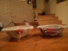 Cestini realizzati con sacchi di patate in juta e altro materiale di recupero