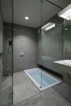 Nowoczesna szara łazienka z wanną wpuszczaną