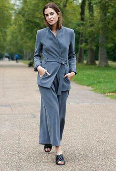 Gala Gonzalez veste conjuntinho de alfaiataria de calça cropped cinza com mules Gucci