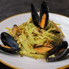 "This is ""Spaghetti al pesto di pistacchi e cozze"" by Al.ta Cucina on Vimeo, the home for high quality videos and the people who love them. Risotto Recipes, Pasta Recipes, Cooking Recipes, Spaghetti Al Pesto, Pasta Al Pesto, Dorm Food, Vegetarian Recipes, Healthy Recipes, Best Italian Recipes"