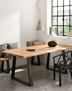 Deze tafel, gemaakt van massief acaciahout met metalen structuur, is ontworpen om de natuurlijkheid van het hout zo veel mogelijk te behouden. In ieder stuk kun je de nerven van het hout goed zien en dat is dan ook wat elk stuk uniek maakt. Een item met karakter voor een huis met persoonlijkheid. #eettafel #eethoek #eetkamer #diningroom #diningarea #wonen #inspiratie #styling Chaise Indus, Interior Styling, Interior Design, Oak Dining Table, Live Edge Table, Luxury Home Decor, Bedroom Styles, Living Room Bedroom, Small Spaces