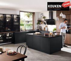 De zwarte keuken is anno 2021 heel populair. Begrijpelijk want zwart is chique, stoer, maar ook modern en industrieel! Kies voor een volledig zwarte keuken, inclusief keukenblad, of maak een mooie combi met bv. hout. Keuze te over! #zwartekeuken #industrielekeuken #modernekeuken #2021 #exlusievekeuken #keuken #keukeninspiratie #luxekeuken #populairekeuken #interieurinspiratie #wooninspiratie #stijlvollekeuken #stoerekeuken #keukenstore Natural Living, European Kitchens, Office Space Design, Cuisines Design, Decoration, Home Projects, Kitchen Remodel, Countertops, Living Spaces