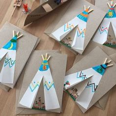 Paula's Haus: Indianerparty … – Keep up with the times. Thanksgiving Crafts For Toddlers, Halloween Crafts For Toddlers, Bunny Crafts, Flower Crafts, Paper Plate Crafts For Kids, Paper Crafts, Indian Crafts, Feather Crafts, Preschool Crafts