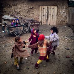 Afghan refugee girls play on the outskirts of Islamabad Kids Around The World, People Of The World, Poor Children, Children Images, Cute Kids Photography, Street Photography, Refugees, Emotional Photography, Beautiful Children