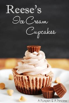 You won't believe how easy it is to make your own ice cream cupcakes! If you like Reese's peanut butter cups then you will love this Reese's Ice Cream Cupcakes Recipe Ice Cream Cupcakes, Ice Cream Desserts, Yummy Cupcakes, Köstliche Desserts, Frozen Desserts, Ice Cream Recipes, Frozen Treats, Cream Cake, Cupcake Recipes