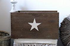 Superschöne             Holzkiste       aus recyceltem Holz     mit einem vanillefarbenen          Stern - Aufdruck         im Used - Look.