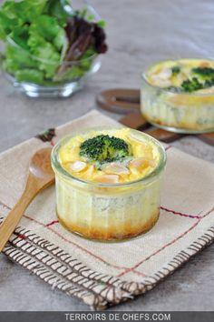 Petit flan aux brocolis et aux amandes. Recette de Yoni Saada. Parmesan, French Food, Camembert Cheese, Dairy, Eggs, Pudding, Favorite Recipes, Vegetables, Cooking