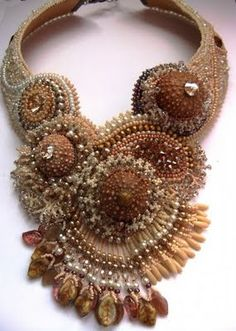 Interesting design, not sure it would be attractive when worn! Bead Embroidery Jewelry, Beaded Jewelry Patterns, Beaded Embroidery, Seed Bead Necklace, Seed Bead Jewelry, Beaded Necklace, Beaded Collar, Bead Art, Bead Weaving